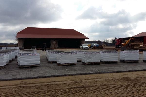 Wyroby z betonu na placu przed sklepem w Mońkach
