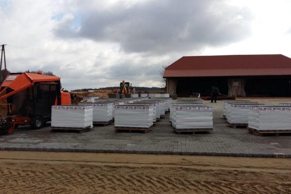 Wyroby betonowe użyte na placu w Mońkach