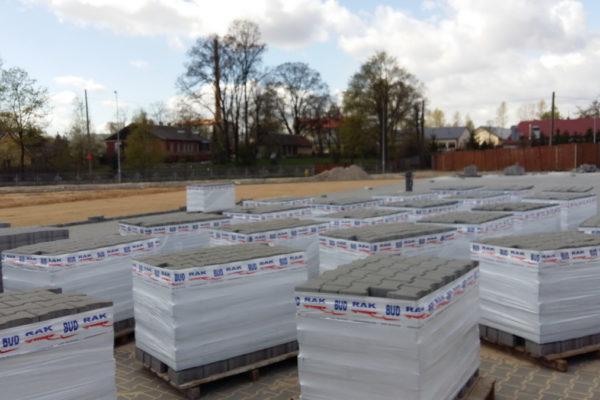 Duże ilości kostki brukowej na placu w Białymstoku