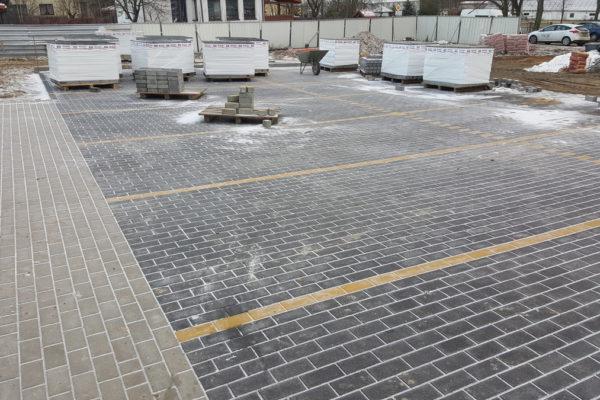 Kostka brukowa bez fazki na parkingu w Białymstoku