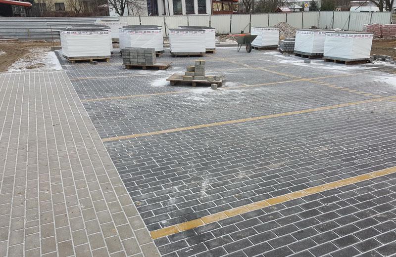 Ułożona kostka brukowa przed firmą Instal Białystok