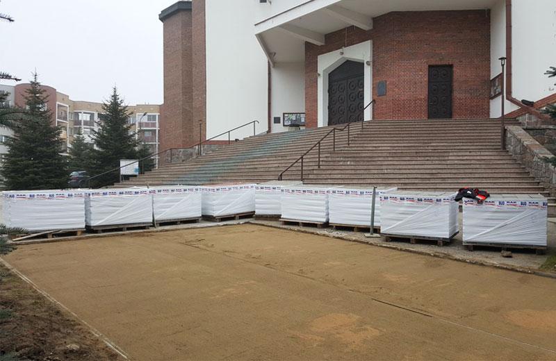 Kostka brukowa przed kościołem Sybiraków Białystok